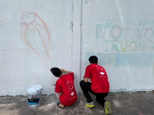 """TP.HCM: Giới trẻ """"đổi màu áo"""" cho những bức tường cũ, tiếp thêm năng lượng sống xanh ảnh 2"""