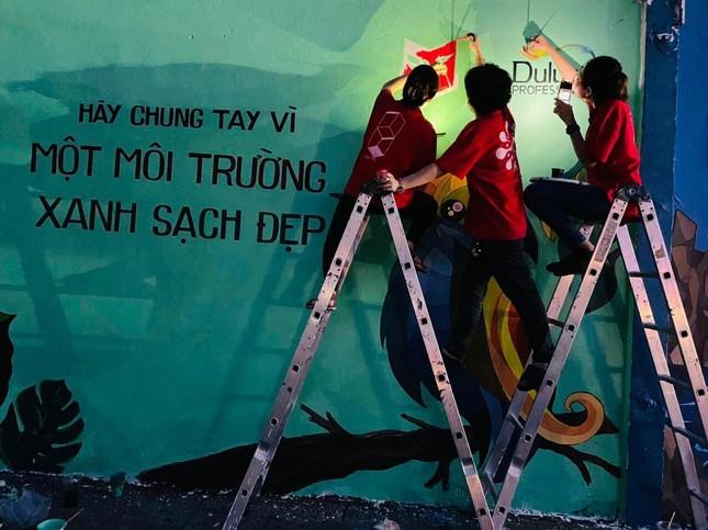 """TP.HCM: Giới trẻ """"đổi màu áo"""" cho những bức tường cũ, tiếp thêm năng lượng sống xanh ảnh 8"""