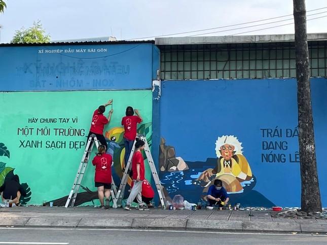 """TP.HCM: Giới trẻ """"đổi màu áo"""" cho những bức tường cũ, tiếp thêm năng lượng sống xanh ảnh 6"""