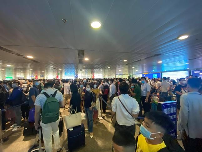 Sân bay Tân Sơn Nhất liên tục kẹt cứng trong nhiều ngày, lo ngại ùn tắc lớn dịp nghỉ lễ ảnh 1