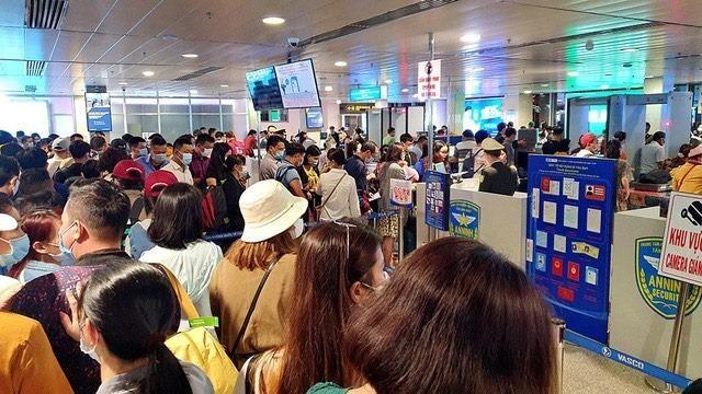 Sân bay Tân Sơn Nhất liên tục kẹt cứng trong nhiều ngày, lo ngại ùn tắc lớn dịp nghỉ lễ ảnh 2