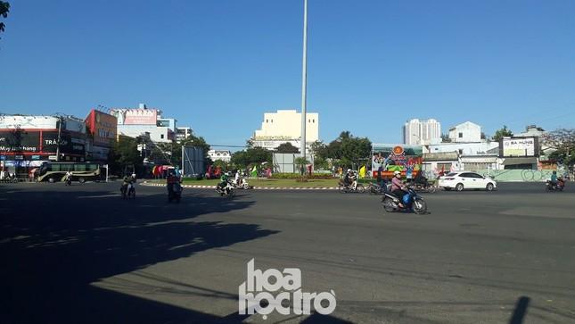 Đà Nẵng bắt đầu giãn cách xã hội: Ra ngoài mang khẩu trang, quán xá thưa vắng khách ảnh 3