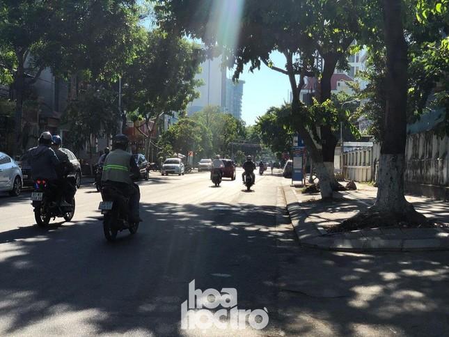 Đà Nẵng bắt đầu giãn cách xã hội: Ra ngoài mang khẩu trang, quán xá thưa vắng khách ảnh 6