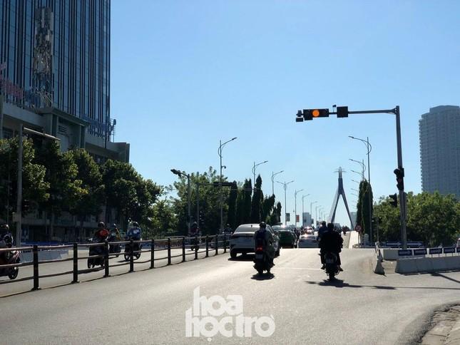 Đà Nẵng bắt đầu giãn cách xã hội: Ra ngoài mang khẩu trang, quán xá thưa vắng khách ảnh 7