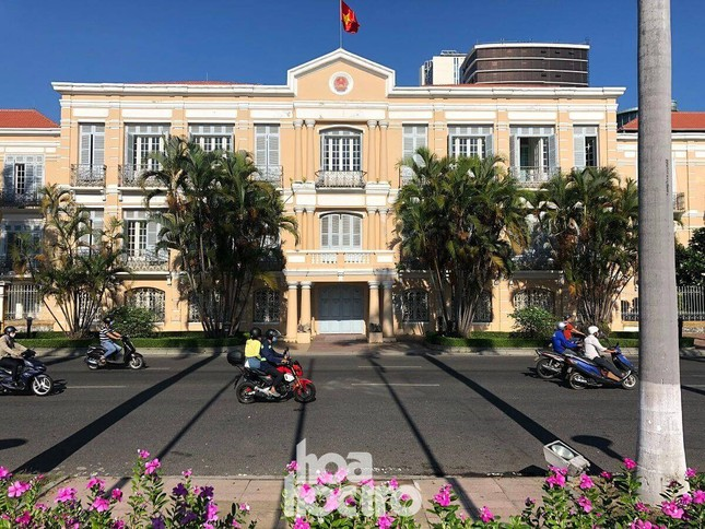 Đà Nẵng bắt đầu giãn cách xã hội: Ra ngoài mang khẩu trang, quán xá thưa vắng khách ảnh 8