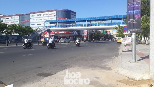 Đà Nẵng bắt đầu giãn cách xã hội: Ra ngoài mang khẩu trang, quán xá thưa vắng khách ảnh 1