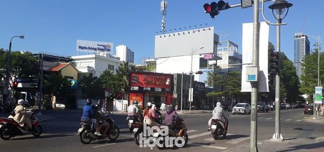 Đà Nẵng bắt đầu giãn cách xã hội: Ra ngoài mang khẩu trang, quán xá thưa vắng khách ảnh 2