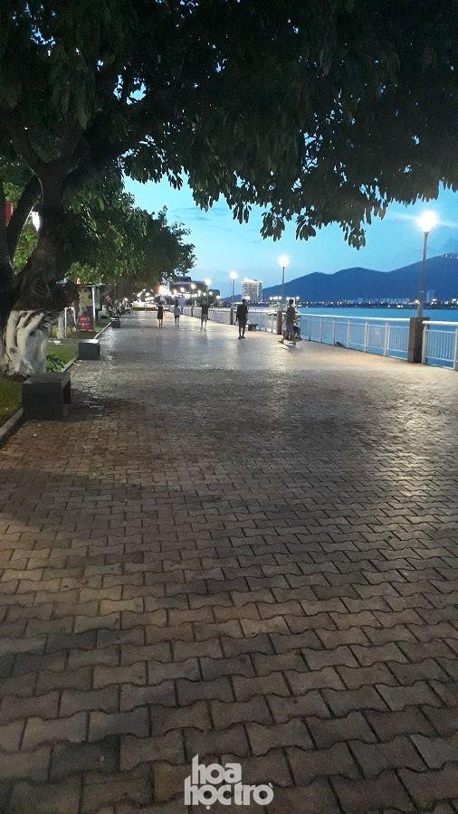Đà Nẵng bắt đầu giãn cách xã hội: Ra ngoài mang khẩu trang, quán xá thưa vắng khách ảnh 4