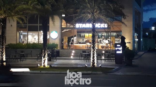 Đà Nẵng bắt đầu giãn cách xã hội: Ra ngoài mang khẩu trang, quán xá thưa vắng khách ảnh 5