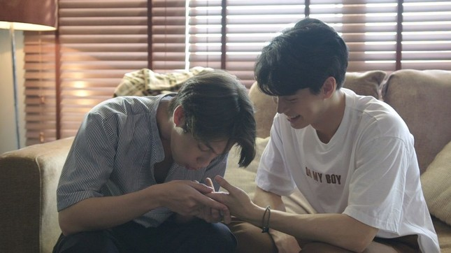 """Phim đang hot """"Still 2gether"""": Sarawat - Tine dở khóc dở cười khi sống chung một nhà ảnh 1"""