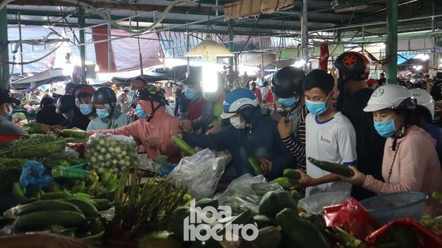 Nhiều sinh viên trọ học đã 1 tuần chưa thể đi chợ mua thức ăn vì không được phát phiếu ảnh 3