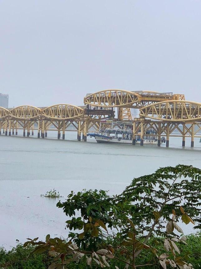 """Bão số 5 đổ bộ, người dân Đà Nẵng sửng sốt trước màn """"biến hình"""" của cây cầu lịch sử ảnh 6"""
