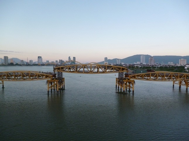 """Bão số 5 đổ bộ, người dân Đà Nẵng sửng sốt trước màn """"biến hình"""" của cây cầu lịch sử ảnh 5"""