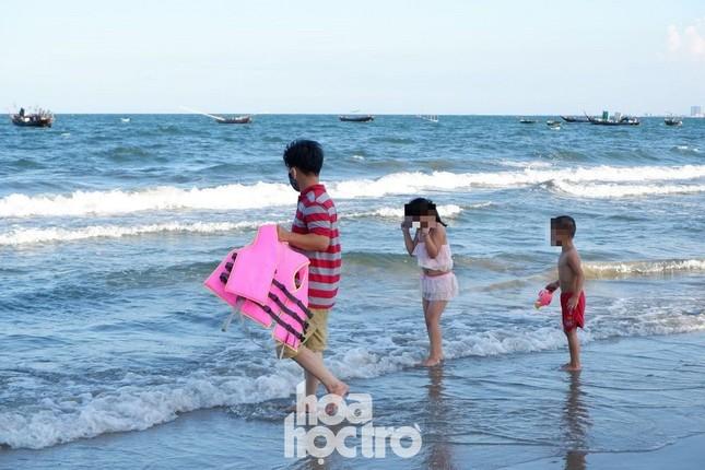 """Đà Nẵng: Teen """"check-in"""" Cầu Vàng phiên bản yêu nước, nô nức tắm biển sau bão và COVID-19 ảnh 6"""