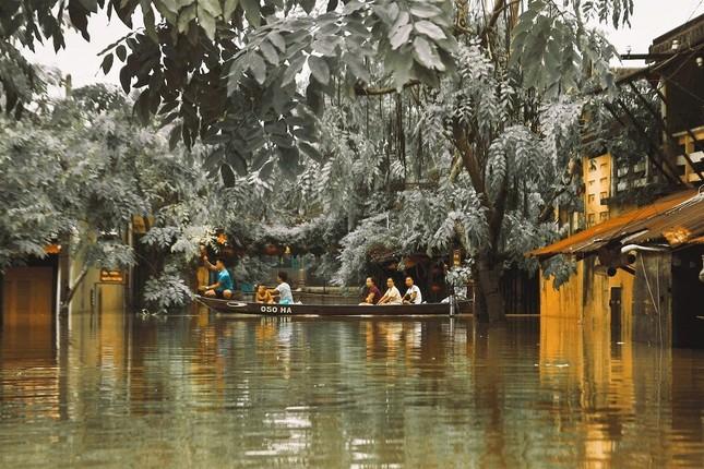 """Những câu chuyện đáng yêu đằng sau bộ ảnh """"Venice Hội An"""" thắp sáng những ngày mưa lũ ảnh 1"""