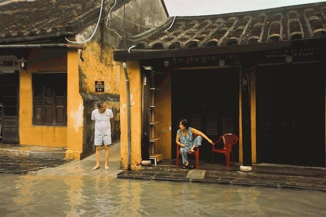 """Những câu chuyện đáng yêu đằng sau bộ ảnh """"Venice Hội An"""" thắp sáng những ngày mưa lũ ảnh 10"""