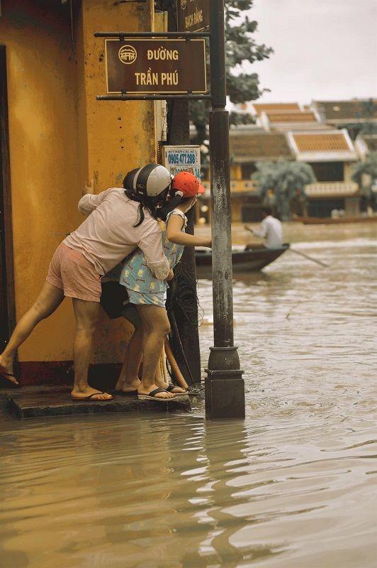 """Những câu chuyện đáng yêu đằng sau bộ ảnh """"Venice Hội An"""" thắp sáng những ngày mưa lũ ảnh 15"""