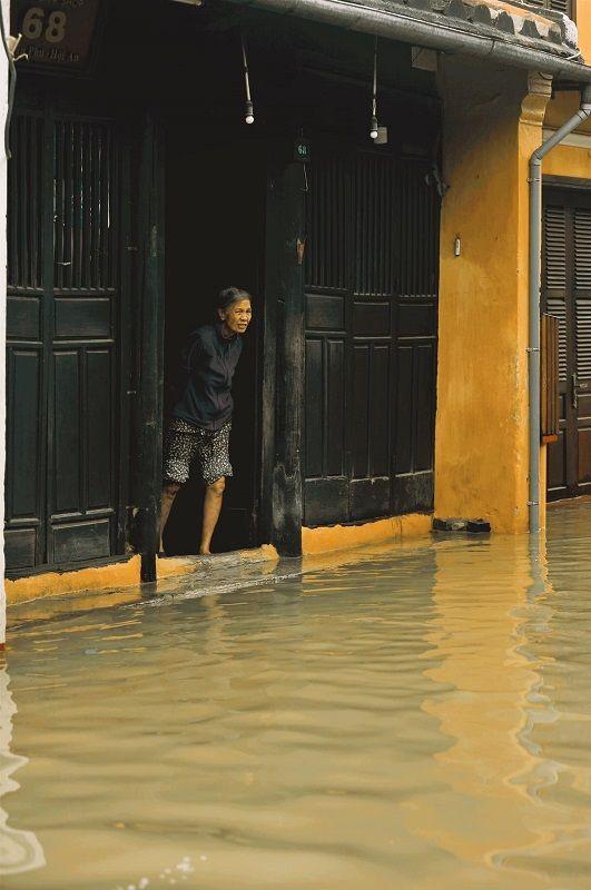 """Những câu chuyện đáng yêu đằng sau bộ ảnh """"Venice Hội An"""" thắp sáng những ngày mưa lũ ảnh 17"""