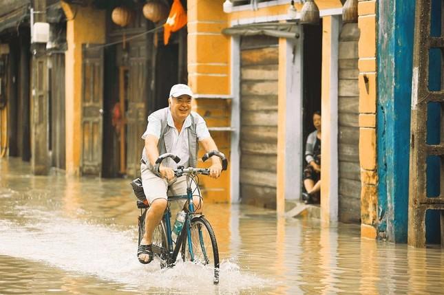 """Những câu chuyện đáng yêu đằng sau bộ ảnh """"Venice Hội An"""" thắp sáng những ngày mưa lũ ảnh 4"""