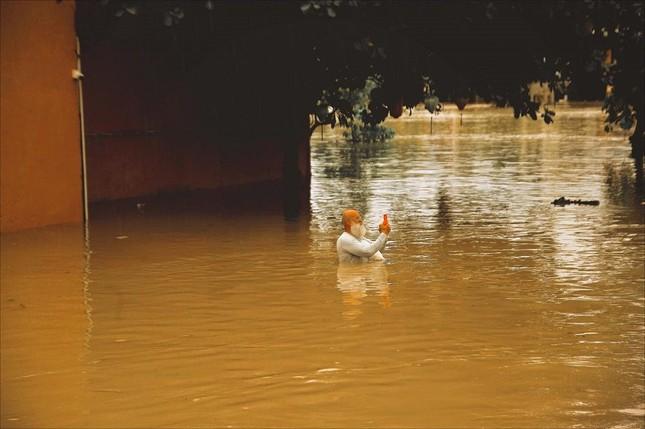 """Những câu chuyện đáng yêu đằng sau bộ ảnh """"Venice Hội An"""" thắp sáng những ngày mưa lũ ảnh 3"""