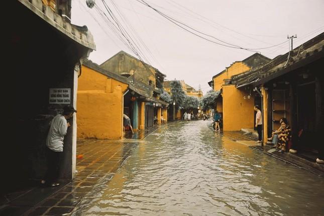 """Những câu chuyện đáng yêu đằng sau bộ ảnh """"Venice Hội An"""" thắp sáng những ngày mưa lũ ảnh 14"""