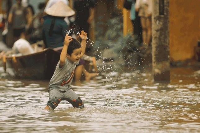"""Những câu chuyện đáng yêu đằng sau bộ ảnh """"Venice Hội An"""" thắp sáng những ngày mưa lũ ảnh 2"""
