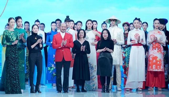 Hoa hậu Trung Quốc gây tranh cãi khi mặc áo dài Việt Nam thi tài năng tại Miss Earth 2020 ảnh 4
