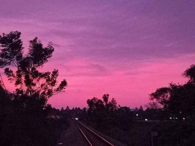 Miền Trung: Bầu trời hoàng hôn chuyển màu tím siêu đẹp nhưng lại khiến bao người lo lắng ảnh 2