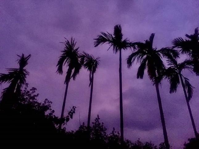 Miền Trung: Bầu trời hoàng hôn chuyển màu tím siêu đẹp nhưng lại khiến bao người lo lắng ảnh 1