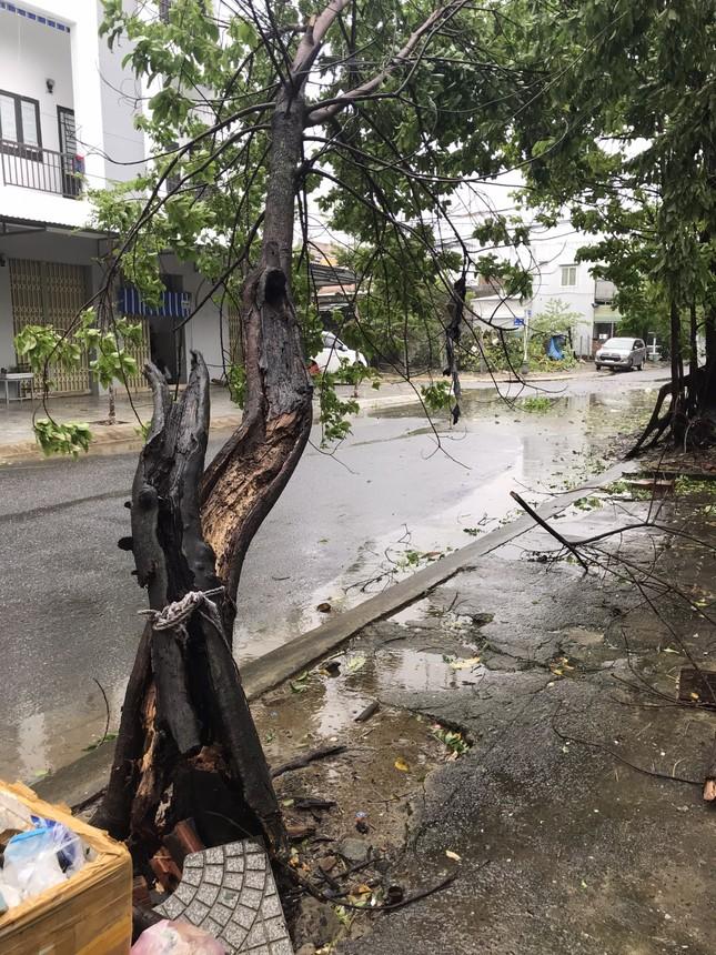 Tình hình bão số 9 đi qua miền Trung: Cúp điện nhiều nơi, mái tôn bay như giấy ảnh 4