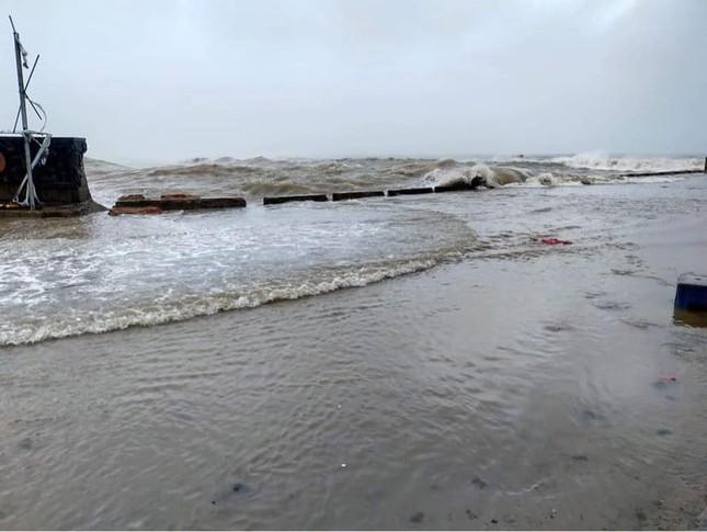 Tình hình bão số 9 đi qua miền Trung: Cúp điện nhiều nơi, mái tôn bay như giấy ảnh 3