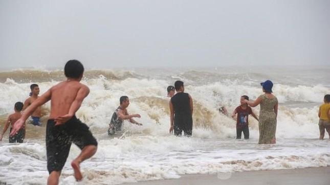 Dù khá ngổn ngang nhưng thành phố Đà Nẵng đã bình yên sau khi bão số 13 đi qua ảnh 4