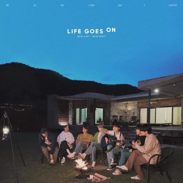 """BTS comeback 24h đầu tiên: """"Life Goes On"""" và """"Dynamite"""" lâm vào cảnh """"huynh đệ tương tàn"""" ảnh 1"""