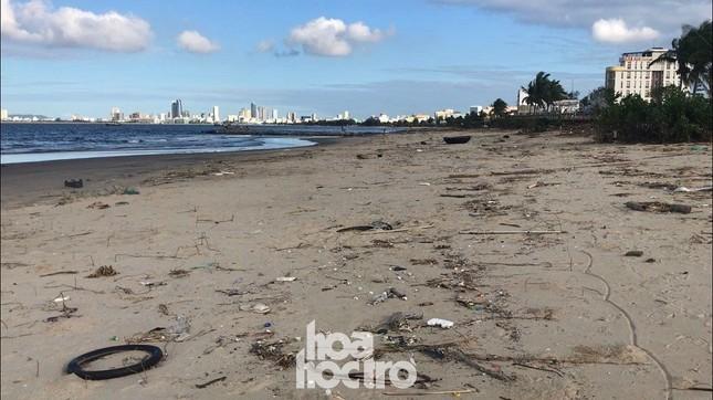 Bão số 13 đã qua từ lâu nhưng bãi biển Đà Nẵng vẫn còn nhếch nhác vì rác ảnh 4