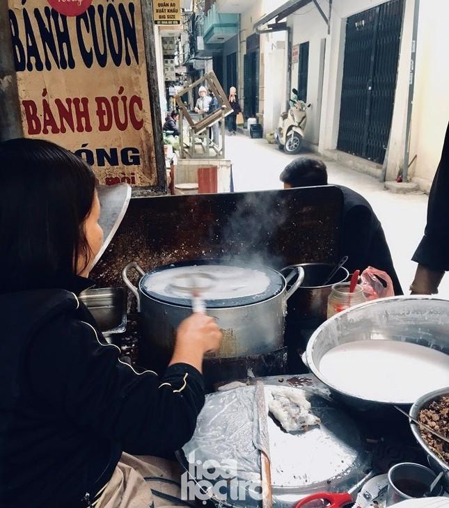 """Hà Nội ăn gì ngày rét đậm: Ủ ấm chiếc bụng đói với đĩa bánh cuốn tráng liền cực """"cuốn"""" ảnh 1"""