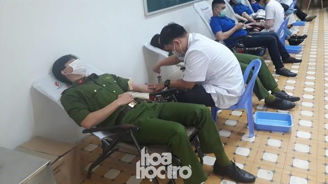 Chủ Nhật Đỏ: Sinh viên ĐH Đà Nẵng sưởi ấm ngày Đông lạnh bằng những giọt máu hồng ảnh 4