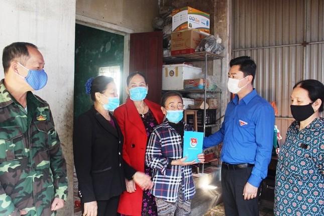 Tháng Thanh niên 2021: Nghệ An tổ chức trồng cây, tặng cờ Tổ quốc cho ngư dân ra khơi bám biển ảnh 3