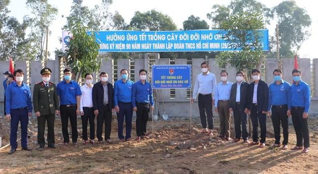 Tháng Thanh niên 2021: Nghệ An tổ chức trồng cây, tặng cờ Tổ quốc cho ngư dân ra khơi bám biển ảnh 1
