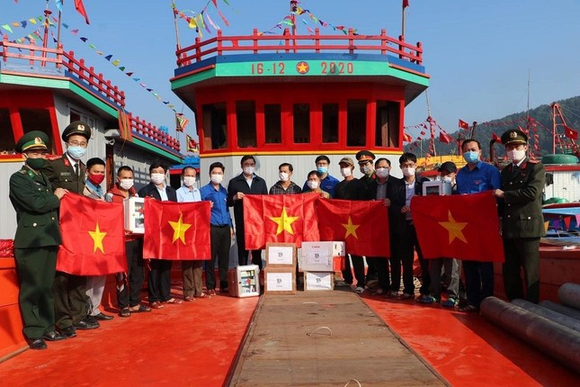 Tháng Thanh niên 2021: Nghệ An tổ chức trồng cây, tặng cờ Tổ quốc cho ngư dân ra khơi bám biển ảnh 2