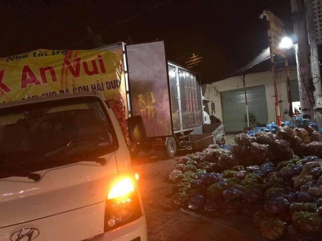 """""""Phiên chợ 0 đồng"""" và những chuyến xe giải cứu nông sản Hải Dương của nghệ sĩ Việt ảnh 1"""