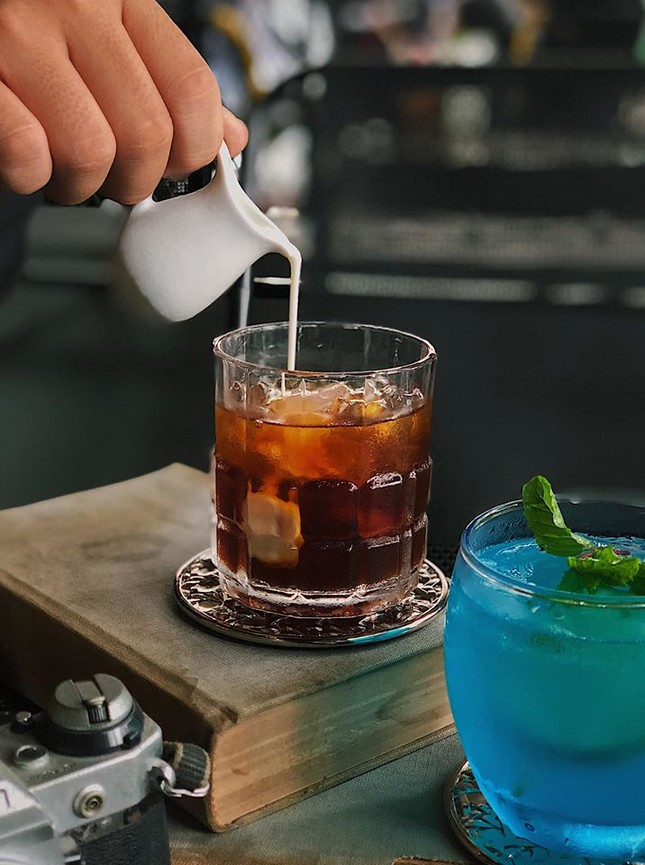 """Hẹn hò với Sài Gòn: Quán cà phê gara """"cool ngầu"""" và tiệm trà trên sân thượng sang chảnh ảnh 1"""