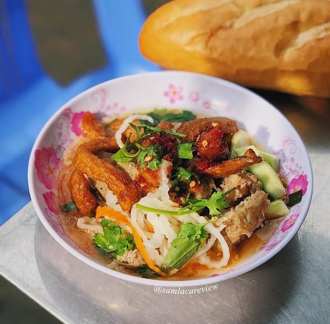 Ăn sập Sài Gòn: Bánh mì xíu mại hay cơm cháy kho quẹt? Hay là… cả hai? ảnh 1