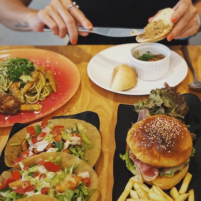 Trưa nay ăn gì Sài Gòn: Đổi vị với thực đơn món lạ, quán cũng... lạ luôn! ảnh 3