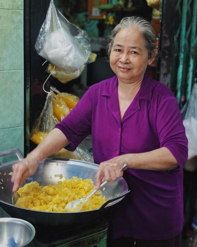 Bánh tráng chiên trứng độc đáo sánh đôi cùng flan màu mè nhất Sài Gòn ảnh 1