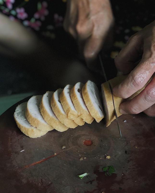 Sài Gòn hẻm: Có gì hấp dẫn trong đĩa bánh ướt 60 năm tuổi và tô bún riêu ngon nức tiếng? ảnh 2