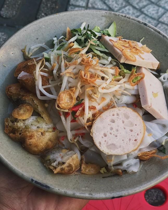 Sài Gòn hẻm: Có gì hấp dẫn trong đĩa bánh ướt 60 năm tuổi và tô bún riêu ngon nức tiếng? ảnh 3