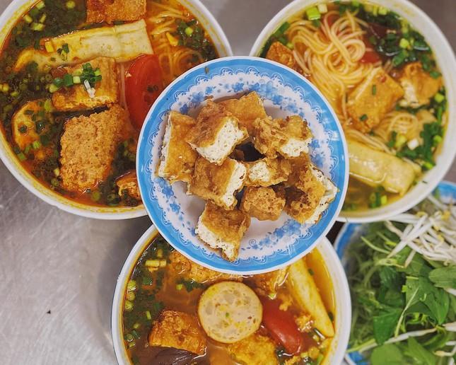 Sài Gòn hẻm: Có gì hấp dẫn trong đĩa bánh ướt 60 năm tuổi và tô bún riêu ngon nức tiếng? ảnh 4