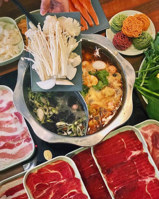 Hẹn hò Sài Gòn: Ăn thả cửa cùng mẹt bún đậu tá lả và buffet lẩu ngon mê man ảnh 8