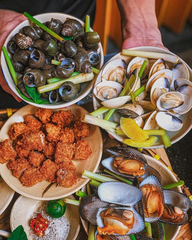 Hẹn hò Sài Gòn: Cơm gà phi lê và ốc Bắc ấm bụng trong ngày Sài Gòn mưa gió ảnh 6