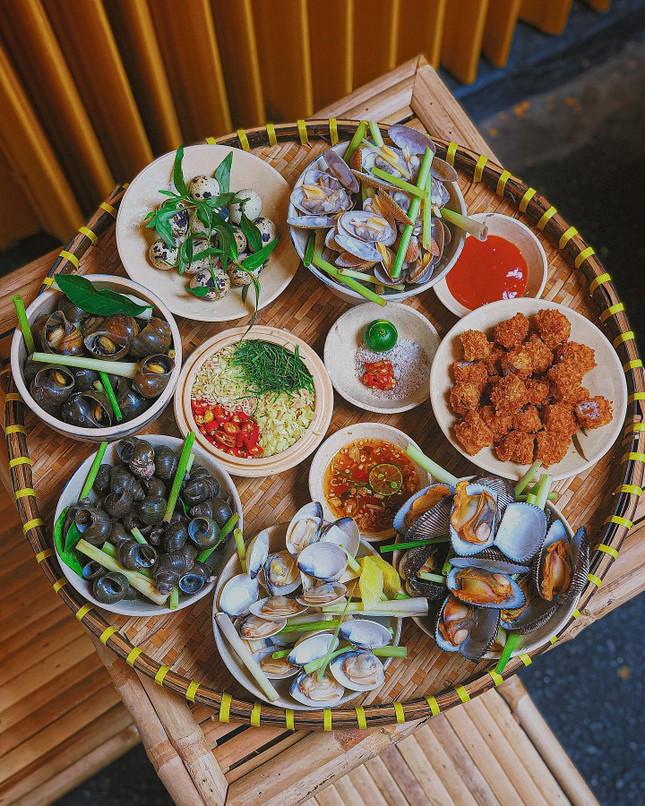 Hẹn hò Sài Gòn: Cơm gà phi lê và ốc Bắc ấm bụng trong ngày Sài Gòn mưa gió ảnh 7